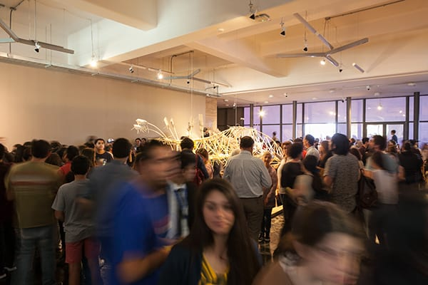 Los primeros visitantes entrando a la exposición Algoritmos del viento. ©Sebastián Mejía