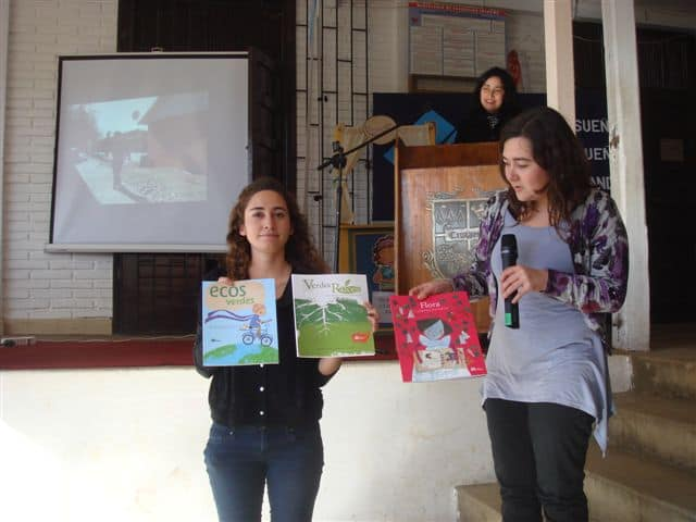 Josefa Morales y Andrea Gomez de Fundación Mi Parque donan libros sobre el cuidado del medio ambiente a la escuela