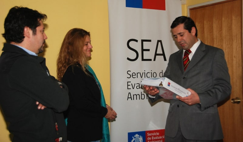 Madeline Hurtado, impulsora y encargada del proyecto, haciendo entrega de la Declaración de Impacto Ambiental (DIA) al Director del Servicio Ambiental de Temuco, Eduardo Rodríguez