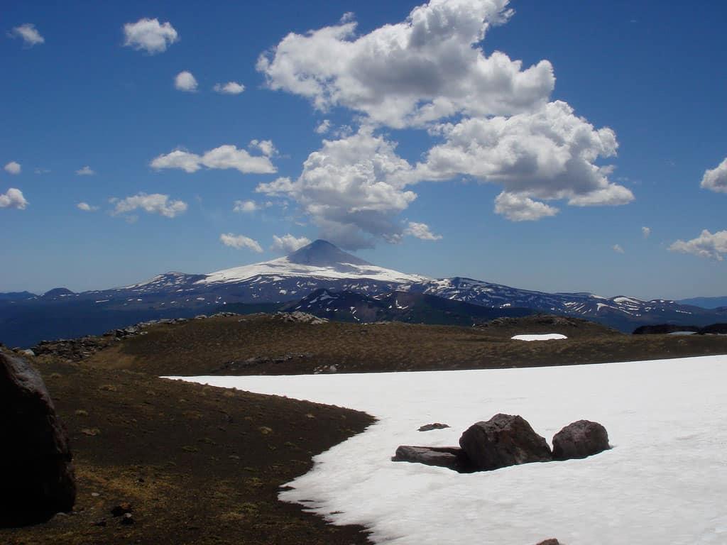 Vista a volcán desde Bosque Pehuén