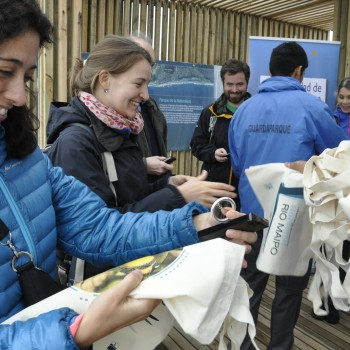 The OECD Delegation receiving Río Maipo Wetland tote bags
