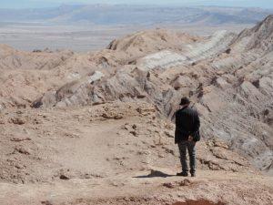 El artista caminando por los alrededores de Talabre
