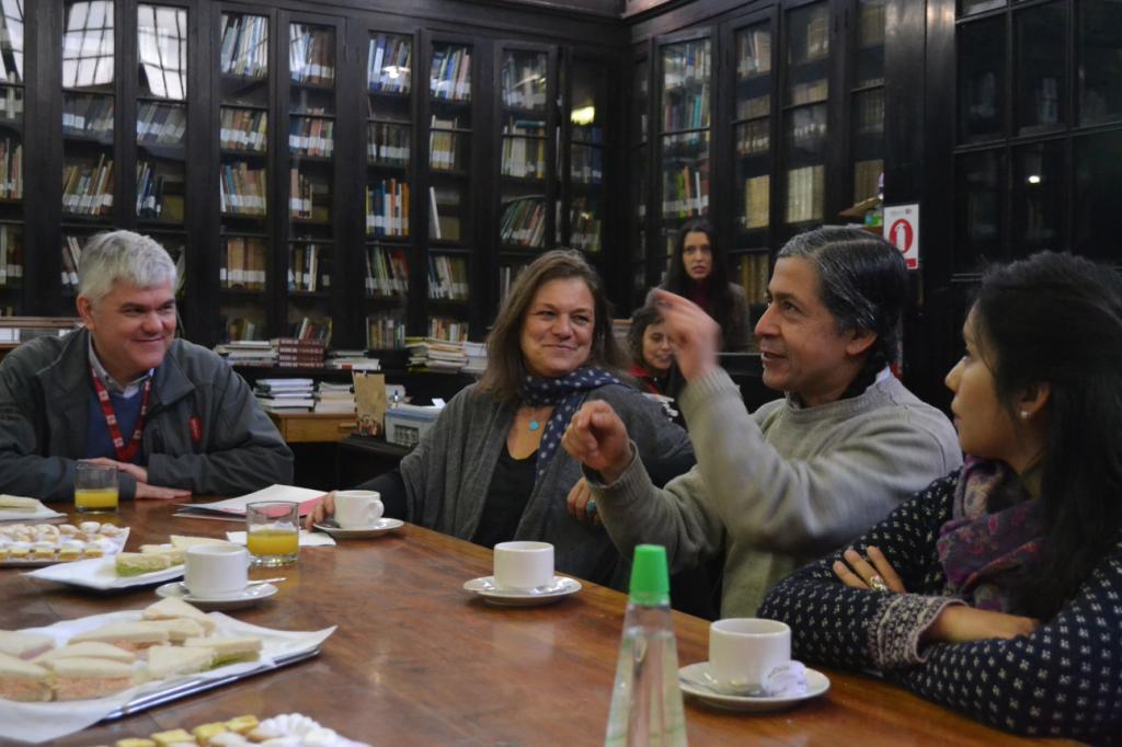 Los científicos Iván Diaz y Daniela Mellado compartiendo historias de Bosque Pehuén