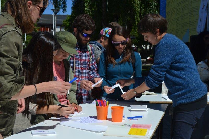 Siri Ahmed Backström impartiendo un taller abierto en la Plaza de Armas de Castro