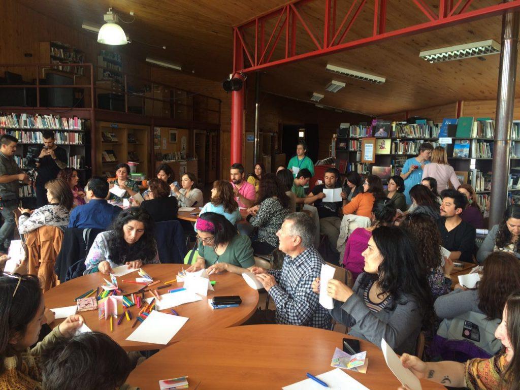 Profesores reunidos en la Biblioteca de Castro para participar en los talleres de los ilustradores Teachers gathered in Castro's Public Library for the workshop with the illustrators