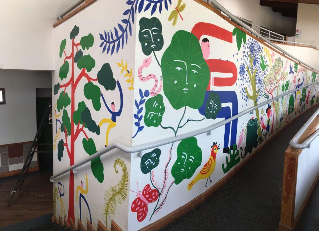 Mural pintado por Katrine Clante, Bjørn Lie, Daniela William y Tomás Olivos en Escuela Carileufu, Caburgua