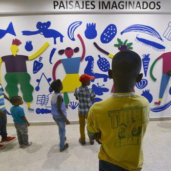 Niños creadores interactúan con el mural / Foto: Jorge Sánchez, gentileza GAM