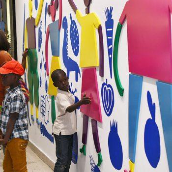 Niños interactúan con el mural / Foto: Jorge Sánchez, gentileza GAM