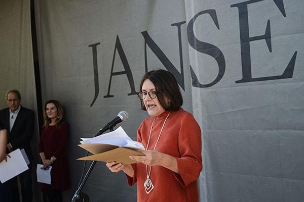 Beatriz Bustos, Directora de Arte, Educación y Cultura de Fundación Mar Adentro en su discurso durante el día inaugural. ©Sebastián Mejía